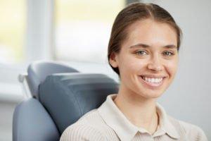 chica-joven-sonriendo-después-de-consulta